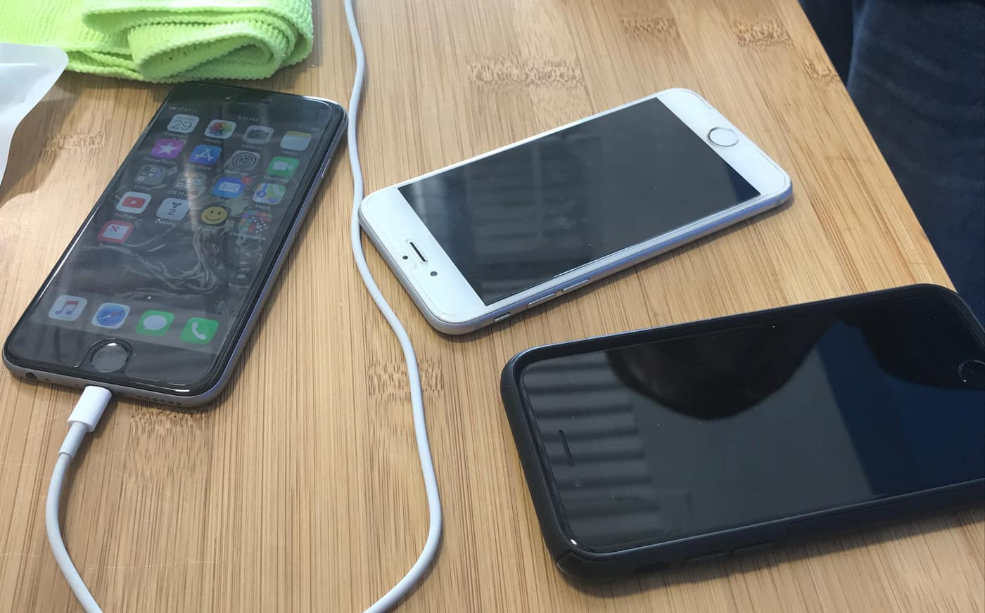 iphones on desk transferring data