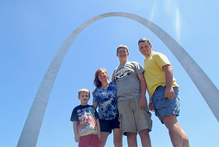 the stlMotherhood Family standing under the Gateway Arch: Mom, Dad, two sons